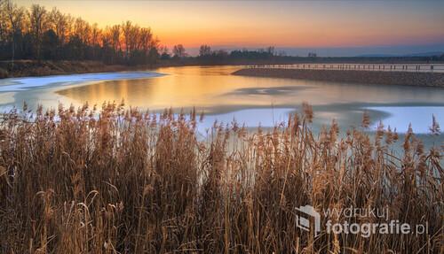 Zachód słońca sfotografowany z nad zalewu w Lipowicy.