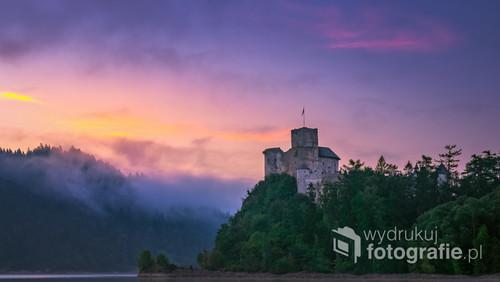 Zamek Dunajec w Niedzicy o wschodzie słońca