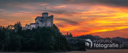 Zamek Dunajec w Niedzicy o zachodzie słońca