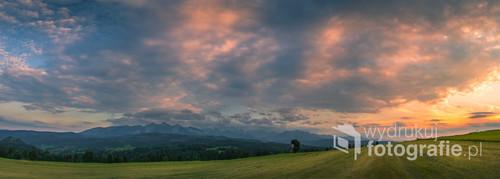 Widok na Tatry z Łapszanki w blasku zachodzącego słońca