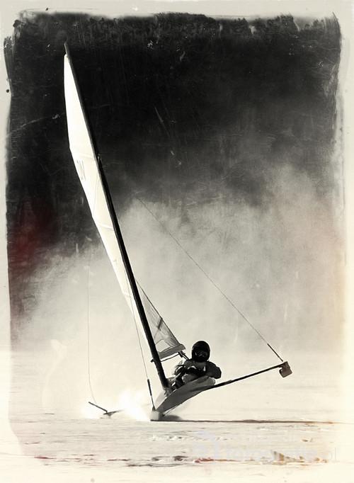 """Zdjęcie zdobyło II miejsce w ogólnopolskim konkursie miesięcznika Jachting w kategorii """"Żagle"""" w 2008 roku, i znalazło się na grudniowej okładce miesięcznika."""