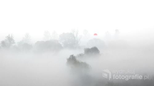 Taki widok utrzymywał się ok 30 sekund. Słońce wyszło spod niskiej gęstej mgły aby na 30 sekund pokazać swój niecodzienny kolor.Gęstość chmur była taka sama jak mgły dlatego po 30 magicznych sekundach słońce w pełni schowało się za nimi. Zdjęcie wykonałem w moim kochanym Lądzie nad Wartą.