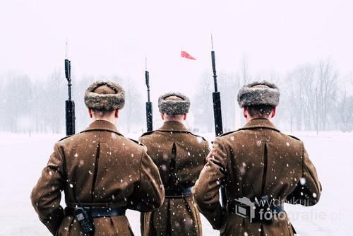 Zdjęcie zostało zrobione w Warszawie 2017 roku. Przedstawia żołnierzy zmierzających w stronę Grobu Nieznanego Żołnierza.