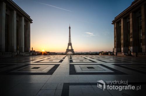 Fotografia wykonana o wschodzie słońca z Placu Trocadero pod koniec października 2016 roku - weekendowe wczesne poranki w Paryżu to najlepsza pora dnia do zwiedzania opustoszałego miasta.