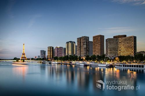 Paryż ma nieskończoną ilość zachwycających miejsc, gdzie można uchwycić zapierający dech widok. Jednym z nich jest most Pont Mirabeau, szczególnie o zachodzie słońca, kiedy w wodach sekwany odbijają się światła Wieży Eiffla a  w oknach wieżowców można dostrzec odbijające się światło zachodzącego słońca.