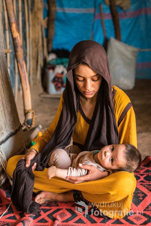 Pustynia Sahara, w pobliżu granicy Maroka i Algierii. Na totalnym pustkowiu, pomiędzy pustynnymi wydmami rozbite są trzy namioty, w jednym z nich mieszkają babcia, mama Fatima i jej uroczy synek Simo, który przez ciekawość bacznie obserwuje otoczenie i często uśmiecha sięuszczęśliwiając tym mamę.