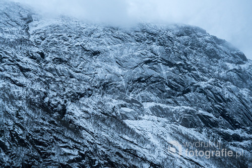 Nadeszła zima nad skaliste, norweskie fiordy. Norwegia, okolice miejscowości Odda, Listopad 2016.