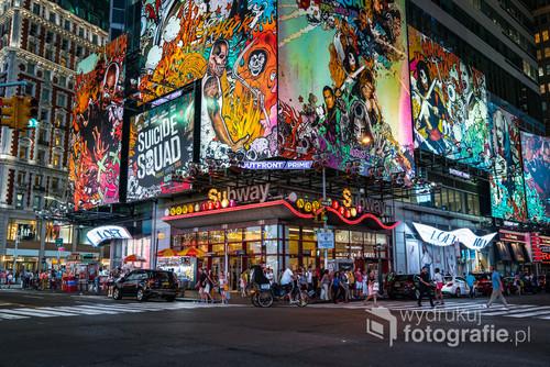 Kolorowy Times Square w Nowym Roku pod osłoną nocy.