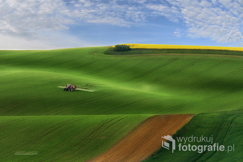 Morawy południowe wiosna , bardzo ciekawymi dodatkami tej wiosny były opryski prowadzone na polach co stwarzało dodatkowy efekt fotografficzmy zdjęcie nagrodzone w konkursie mistrzowie krajobrazu   Eisa 2016