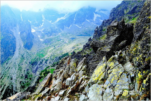 Fotografia  została  wykonana  z  wysokogórskiej  półki  skalnej  w  Tatrach ,  z  ekspozycją  na  LODOWY  SZCZYT - 2627 m.n.p.m.
