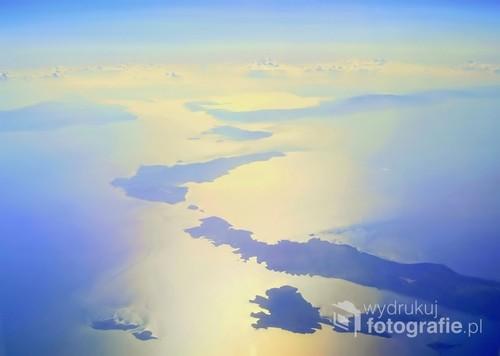 Fotografia została wykonana  z  wys.10 tys. m.n.p.m.-w promieniu  100-200km.  .......Widoczny  jest  archipelag  Cyklad , w  świetle zachodzącego  słońca ....