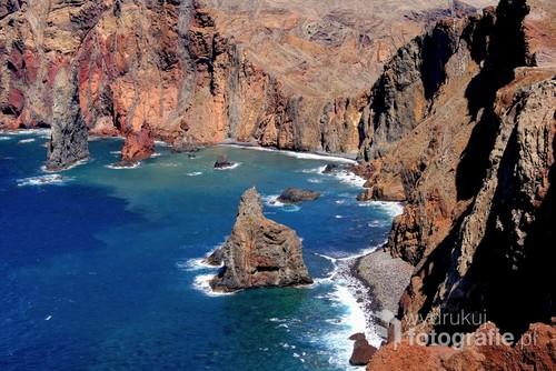 Wulkaniczne  skały  o  niesamowitej  barwie i....oczywiście  światło , które ciągle zmienia się  tworząc  klimaty  pełne  impresjonizmu.