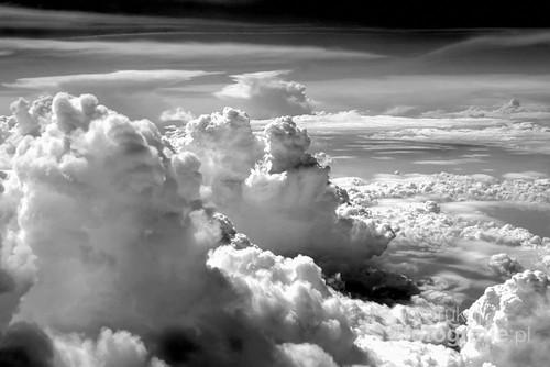 Fotografia  wykonana  na  wysokości  11 tys. m.n.p.m. ......Zainteresowało  mnie  wyjątkowo  kontrastowe  wysycenie  chmur.