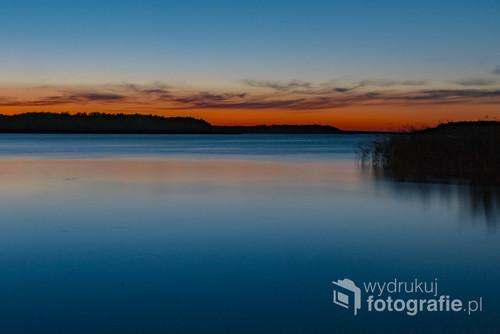 Jezioro Kisajno, Mazury. Kończy się dzień spędzony na wodzie, pod żaglami. Zmęczony słońcem, każdy szukał ochłody. Byle z dala od prażącego z nieba ukropu.