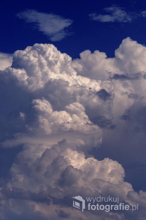 Typowa komórka burzowa, chmura o nazwie cumulonimbus. Wysokość tego rodzaju chmury dochodzi nawet do 20 kilometrów, ale w Polsce aż tak rozbudowane cumulonimbusy to nadal rzadkość.