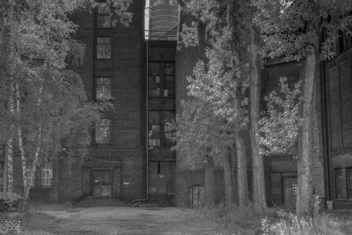 Zabytkowa elektrociepłownia Szombierki w Rybniku. Oddana do użytku w 1920 roku. Wszystkie budynki oraz kominy, w tym najwyższy 120-metrowy, wykonane z cegły. Obecnie zabytkowy budynek niszczeje z powodu braku zainteresowania jego odnowieniem.