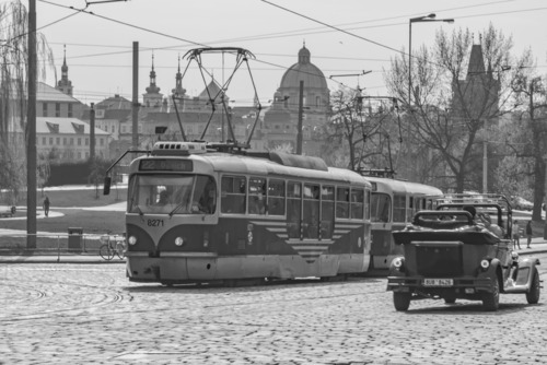 Charakterystyczny, praski tramwaj w trakcie pokonywania skrętu w któreś ze skrzyżowań zabytkowej części tego uroczego miasta.