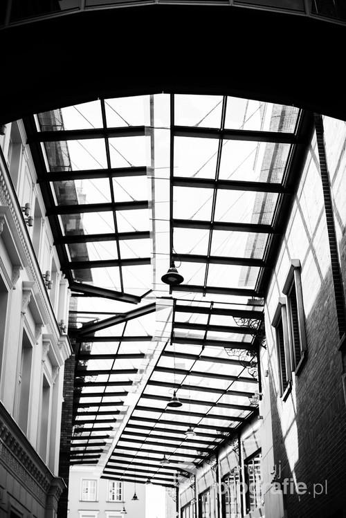 Jedno z najciekawszych miejsc na Bydgoskiej starówce. Szklany dach wraz ze ścianami kamienic tworzy otwarte atrium. / f2 50mm 1/500s ISO 100 Nikon D610