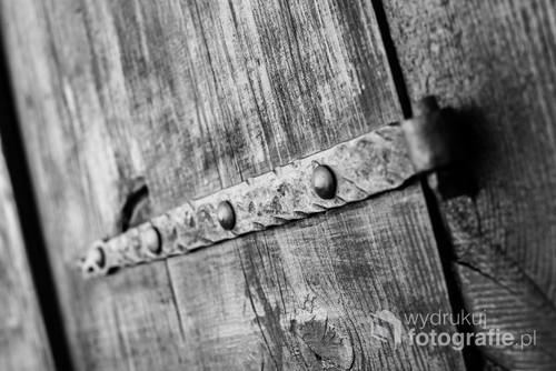 Przykład kontrastu w nowoczesnym mieście. Wśród nowej zabudowy można odnaleźć piękne pamiątki z inne epoki. /f5 50mm 1/160s ISO 400 Nikon D610