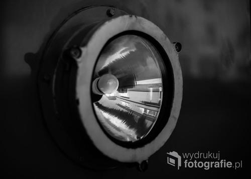 Zabytkowy tramwaj stojący na bydgoskiej starówce stał się lustrem. W reflektorze odbija się stojąca obok kamienica./ f2 55mm 1/2500s ISO 100 Nikon D610