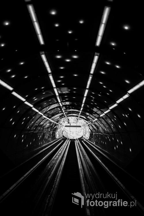 Najdłuższe ruchome schody w Warszawie. Oczekiwanie na odpowiedni moment pozwoliło na uchwycenie ich surowej estetyki bez przypadkowych przechodniów./ f2 24mm 1/200s ISO 125 Nikon D610