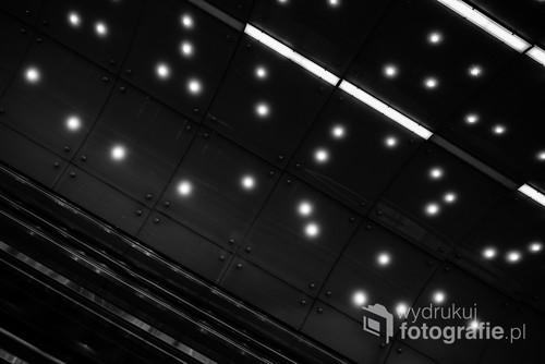 Najdłuższe ruchome schody w Warszawie z perspektywy ich użytkownika. / f2 24mm 1/200s ISO 800 Nikon D610