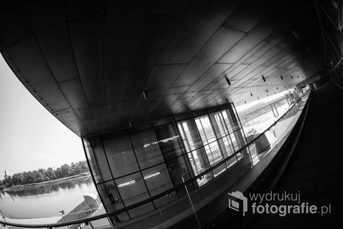 Tunel Centrum Nauki Kopernik z widokiem na Wisłę. Ultra szeroka perspektywa nadaje temu miejscu niecodzienny charakter. /f2,8 24mm 1/250s ISO 100 Nikon D610