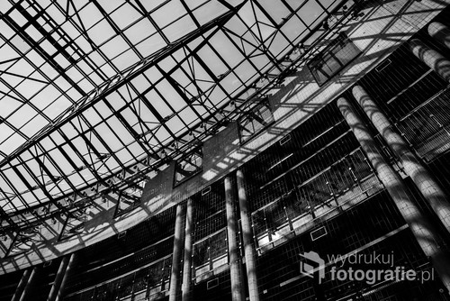 Atrium Biblioteki Uniwersyteckiej w Warszawie. Industrialny charakter konstrukcji dachu podkreślają ostre cienie. Niezaburzona surowa kompozycja. / f2,8 24mm 1/640s ISO 100 Nikon D610
