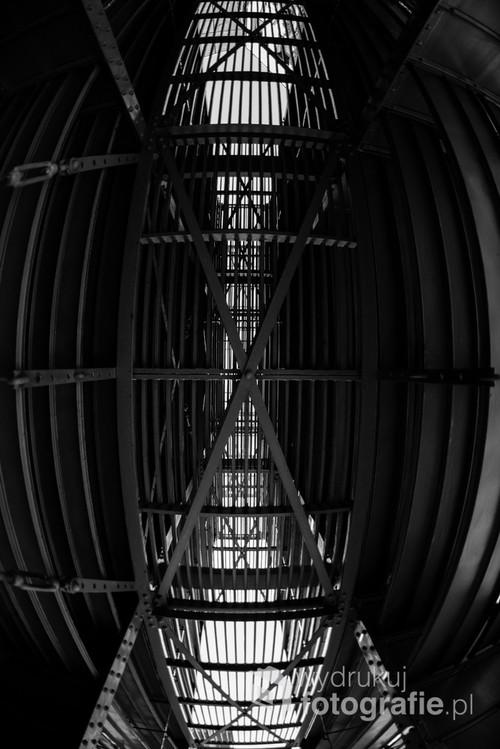 Stalowa wieża obok Biblioteki Uniwersyteckiej w Warszawie. Perspektywa ultra szerokiego kąta pozwala spojrzeć na konstrukcję w niecodzienny sposób. / f2,8 16mm 1/500s ISO 400 Nikon D610