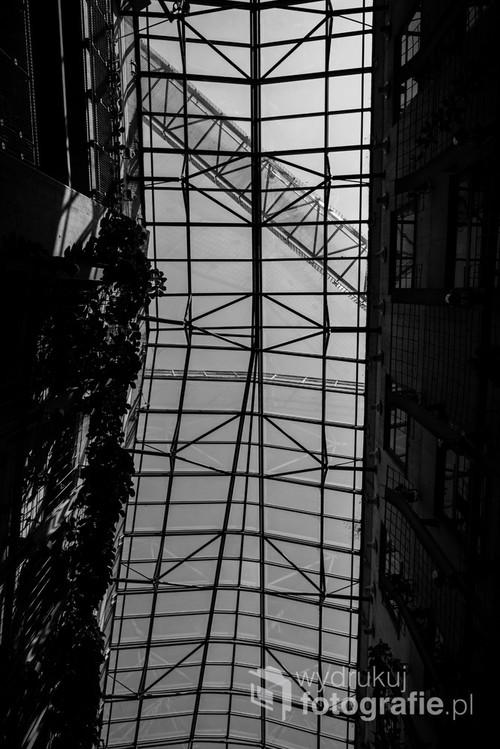 Szklany dach atrium Biblioteki Uniwersyteckiej. Strop przecina most tarasu widokowego./ f2.8  24 mm 1/1600s ISO 100 Nikon 610