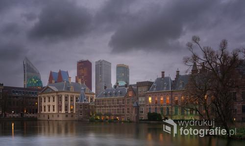 Pochmurny wieczór, miasto Haga, Holandia.
