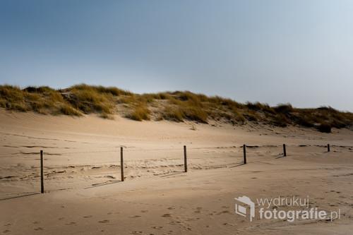 Plaża i widok na wydmy.