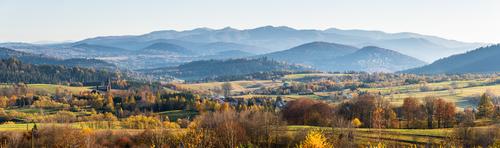 Niesamowita pora wykonania fotografii pozwoliła na uchwycenie jeszcze jesiennych, złocących się drzew w dolinach. Widok na wchodnią część Bieszczad z Lutowisk. Sfotografowane za pomocą obiektywu 70-200 i następnie zdjęcia połączone ze sobą w całość programem graficznym.