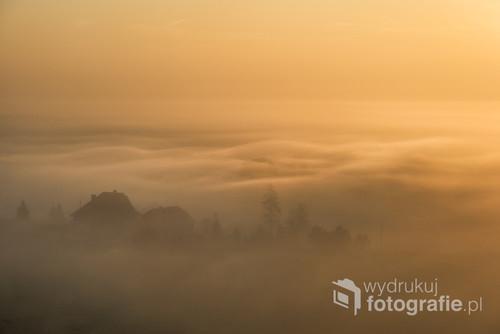 Polowanie na światło to odwieczne wyzwanie fotografii krajobrazu. Wielokrotne powroty w okolicę Rewy, nie przynosiły oczekiwanych rezultatów. Tego jednego listopadowego dnia zgrały się dwa czynniki: światło oraz mgła. Początkowo zanosiło się, że będzie to kolejny mglisty poranek, lecz po wschodzie słońca rozpoczął się prawdziwy spektakl mgły oraz światła. Gęsta jednorodna linia mgieł pod wpływem słońca rozpoczęła falisty ruch, który trwał zaledwie kilkanaście minut.
