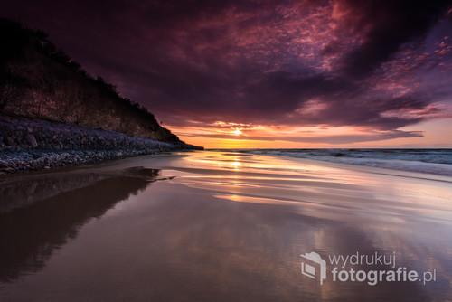 Zachód słońca na plaży tuż po sztormie potrafi dać zachwycające widoki. Warstewka wody tworzy lustrzaną taflę, która mieni się wtedy niesamowitymi barwami.