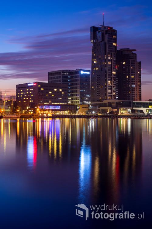 Dla niektórych mieszkańców Gdyni Sea Towers to obraza ich zmysłu estetycznego. Dla mnie, w tym momencie było to najpiękniejsze miejsce w tym mieście. Ludzie snuli się leniwie na spacerach, woda w zatoce niemal stała, fantastycznie odbijając światła budynków, a ja starałem się jak najlepiej uchwycić tę chwilę.