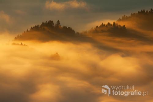 Jesienny wschód słońca w Pieninach. Fotografia nagrodzona na V Międzynarodowym Festiwalu Fotografii Przyrodniczej Sztuka Natury w Toruniu.