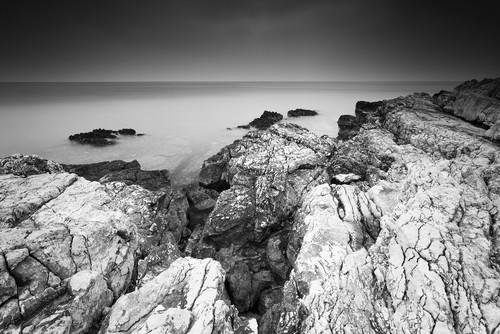 Skaliste wybrzeże nad Morzem Adriatyckim w Chorwacji.