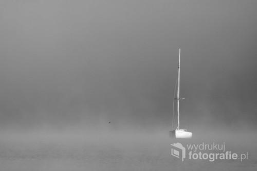 Poranna cisza nad Jeziorem Solińskim skąpanym we mgle.
