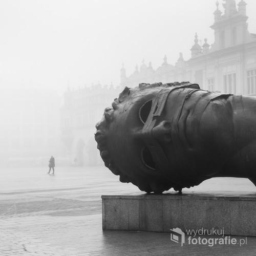 Please, don't go... to jedna z fotografii projektu, który skupia się na pokazaniu klimatu porannego Krakowa poprzez nieoczywiste spojrzenie.