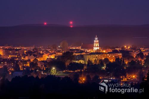 Nocna panorama z widokiem na miasto.