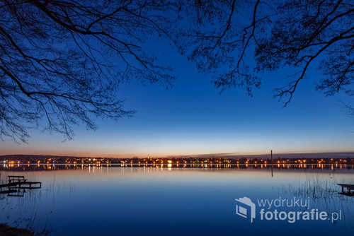 Jezioro Chodzieskie (Miejskie) i nocny widok świateł miasta.