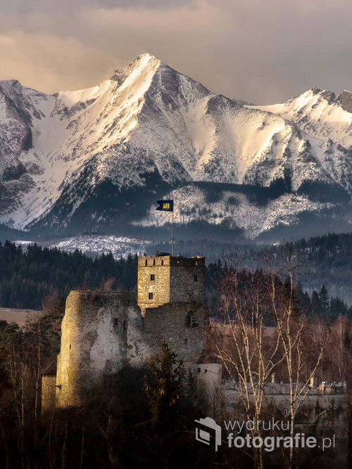 Zamek Dunajec w Niedzicy na tle Tatr Bielskich.