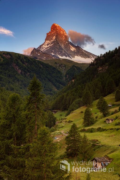 Słynny alpejski gigant pokolorowany czerwienią pierwszych promieni słońca.