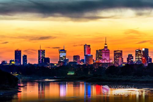 Warszawa o zmroku jaką lubię. Kiedy światło zachodzącego słońca miesza się ze światłem w oknach i kolorowych neonów miasta.