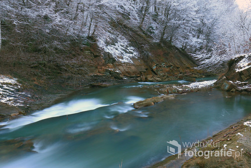 Zdjęcie przedstawia rzekę Sękówkę w powiecie Gorlickim. Zdjęcie zostało wykonane po zzachodzie słońca.