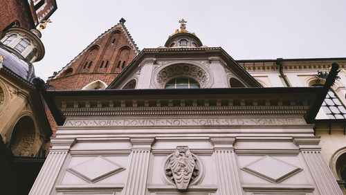 Fotografia zrobiona w Krakowie w roku obecnym -  2021. Podczas Lock-downu Wawel opustoszały ukazuje całe swoje piękno. Pozdrawiam Robert John.