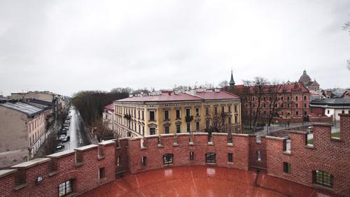 Zdjęcie zostało zrobione 15 kwietnia 2021. Z widoku na Zamku Królewskim na Wawelu w Krakowie. Ujęcie pokazujące piękno miasta i różnorodność w czasach gdy praktycznie ludzi na ulicach jest bardzo mało. Zapraszam do zakupu, pozdrawiam z wyrazami szacunku Robert Renard John.