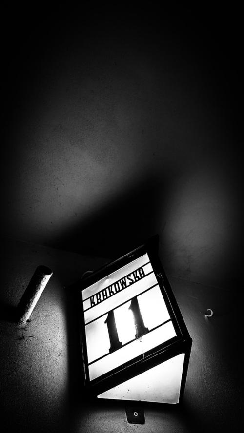 Zdjęcie wykonane 15 kwietnia 2021 w Krakowie. Numer 11 ponoć szczęśliwa liczba. Świetna gra światło - cienia. Dodatkowo stare budownictwo ukazuje piękno i klimat uliczek, zakamarków i szczegółów oraz smaczków taki jak ten. Zapraszam z wyrazami szacunku Robert Renard John.