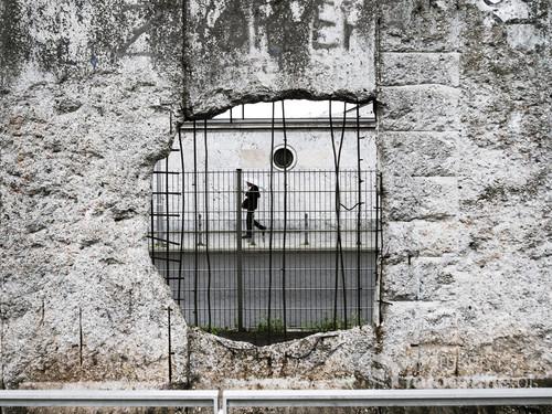 Kadr uchwycony w Berlinie przy pomniku Muru Berlińskiego. Łaczy w sobie historię i nowoczesność, zniszczone mury i nowe zabudowania stolicy Niemiec.